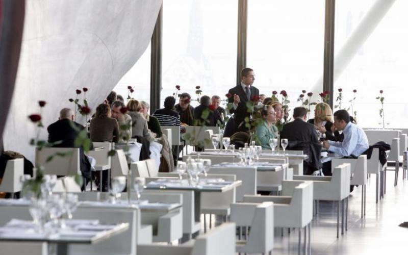 Chez Georges, le restaurent Costes situé au sixième étage du centre Georges Pompidou (Paris 4e), les hôtesses ont pour consigne de placer les gens «beaux» devant et les «pas beaux» derrière, selon un témoignage paru ce mercredi dans le Canard Enchaîné. LP / MATTHIEU DE MARTIGNAC