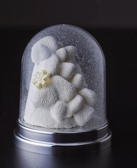 """La bûche """"Let it snow"""" inspirée d'une boule de neige, création de Pier-Marie Le Moigno pour le Park Hyatt Paris-Vendôme"""