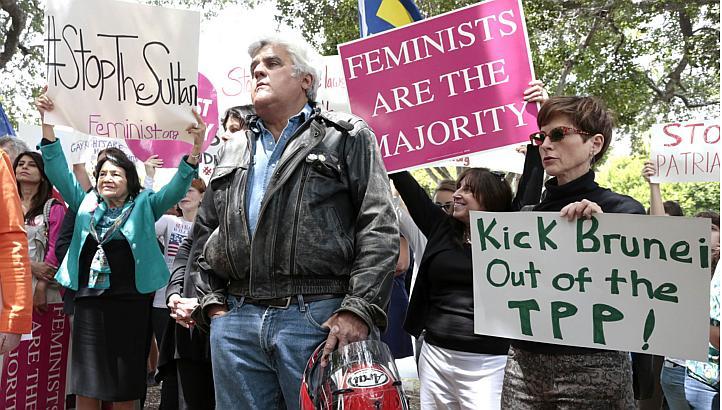 Manifestation organisée par Jay Leno devant le Beverly Hills Hotel @ LA